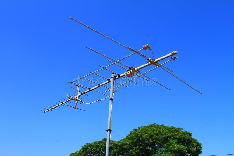 Antenas análogas con el fondo del cielo azul foto de archivo