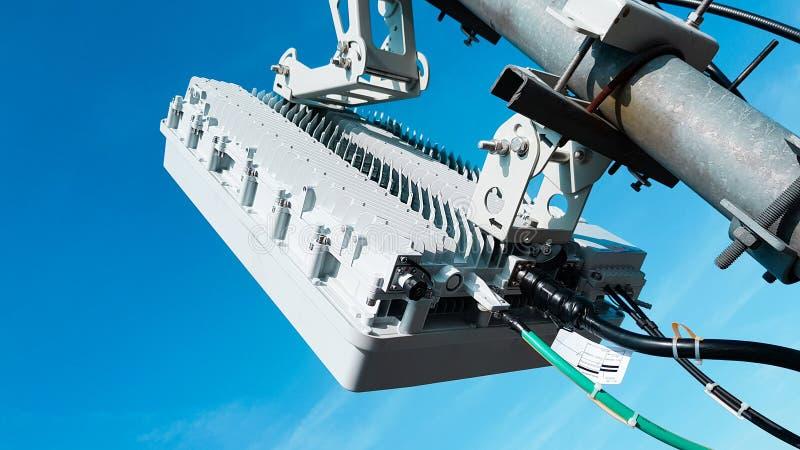 antenas celulares elegantes de la red de radio de la telecomunicación móvil 5G en un palo en las ondas de la señal de la difusión imagen de archivo libre de regalías