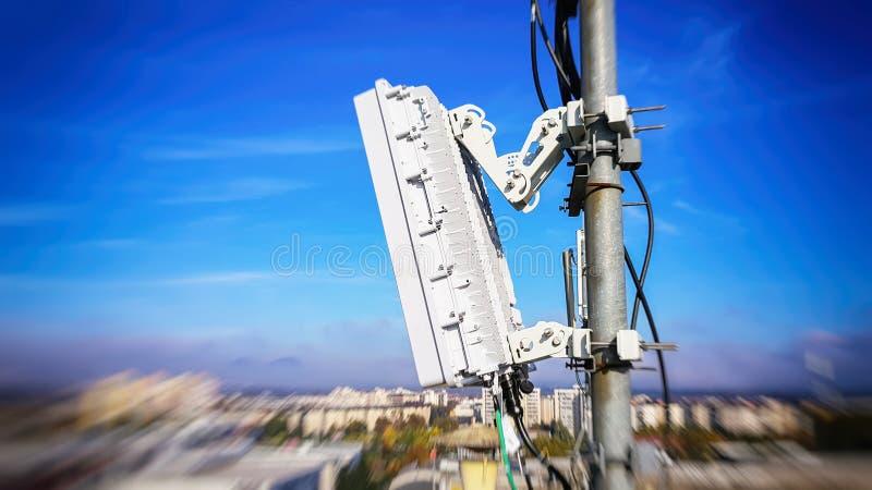 antenas celulares elegantes de la red de radio de la telecomunicaci?n m?vil 5G en un palo en las ondas de la se?al de la difusi?n fotografía de archivo libre de regalías