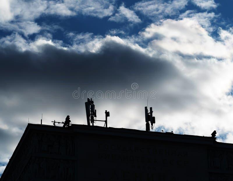 Antenas celulares en fondo de la ciudad de la ciudad imagen de archivo libre de regalías