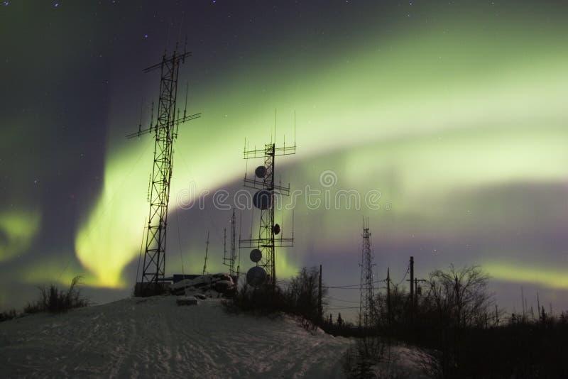 Antenas científicas bajo luces norteñas imagen de archivo libre de regalías