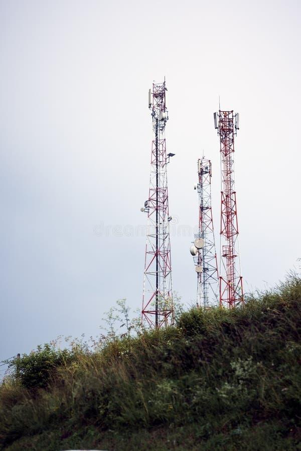 Antenas das comunicações de ar instaladas no monte fotos de stock