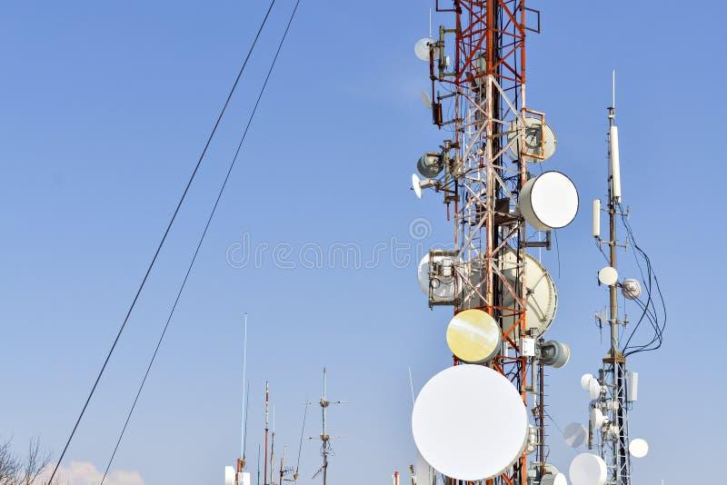 Antenas das comunicações de encontro ao céu azul fotografia de stock royalty free