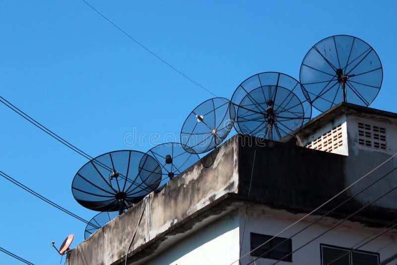 Antenas de antena satelital en un tejado imagenes de archivo