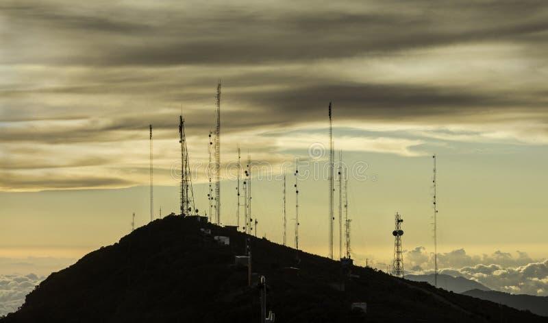Antenas de la comunicación encima de una montaña en Costa Rica imagenes de archivo