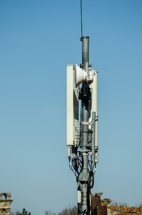 Antenas de la telecomunicación al aire libre en la construcción alta del polo del metal foto de archivo libre de regalías