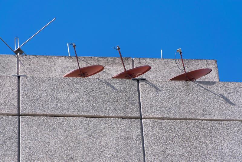 Antenas de la TV en el edificio de la terraza en Guatemala foto de archivo libre de regalías