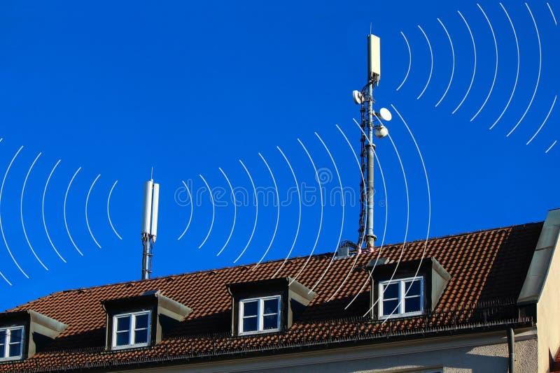 Antenas de los teléfonos móviles con los círculos imagen de archivo
