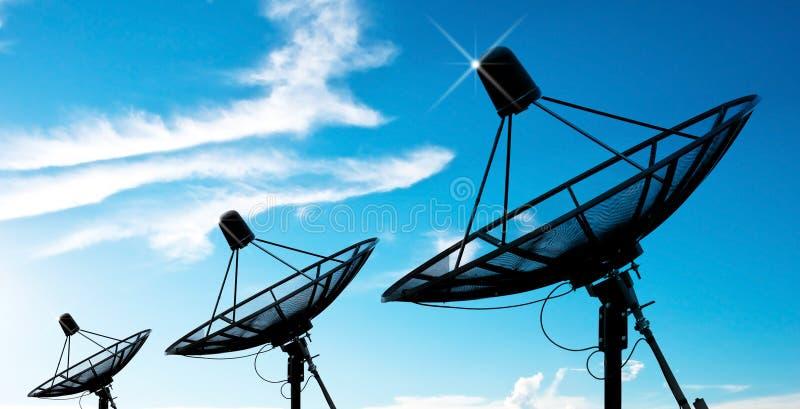 Antenas de plato basado en los satélites bajo el cielo fotografía de archivo