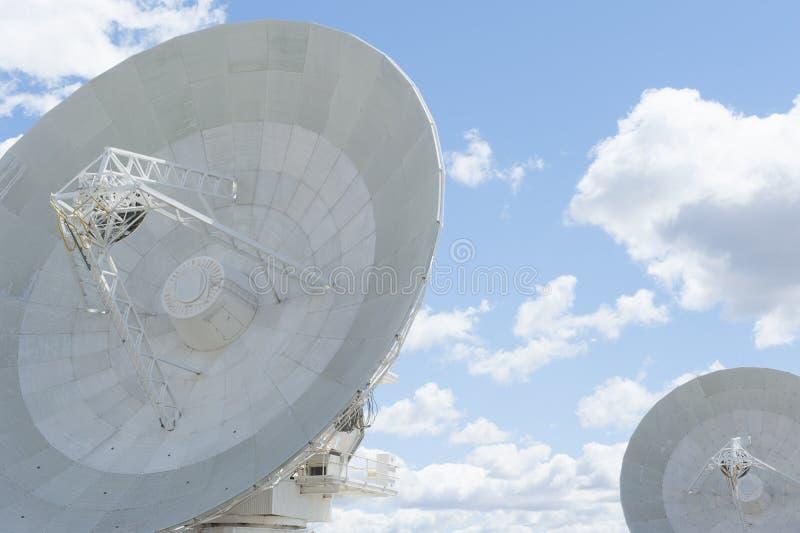 Antenas de plato del telescopio con las nubes fotos de archivo