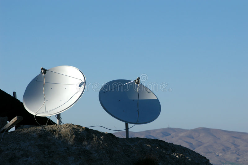 Antenas de plato en las montañas fotos de archivo