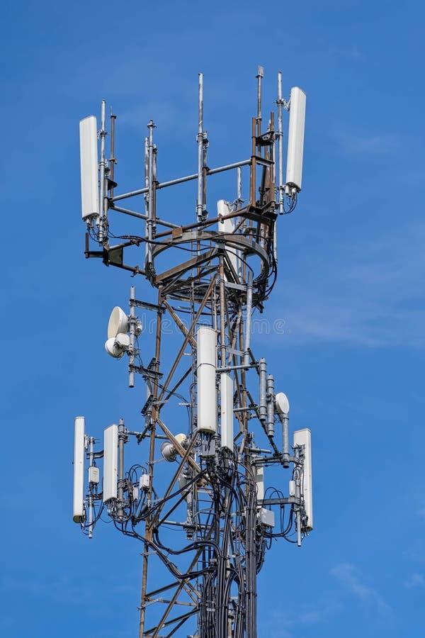 antenas de teléfono móvil direccionales imagenes de archivo