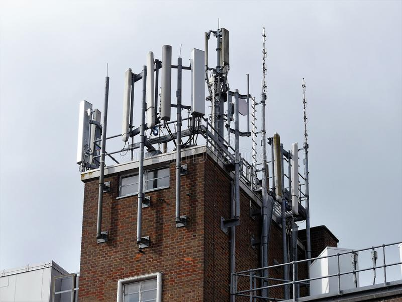 Antenas del teléfono móvil encima del edificio fotos de archivo