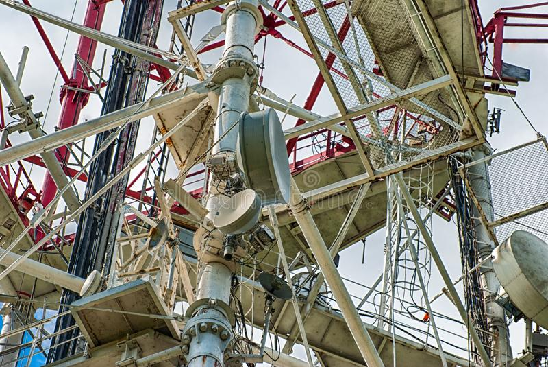 Antenas dos telefones celulares e da construção do cabo Uma comunicação do equipamento 3d imagem de stock royalty free