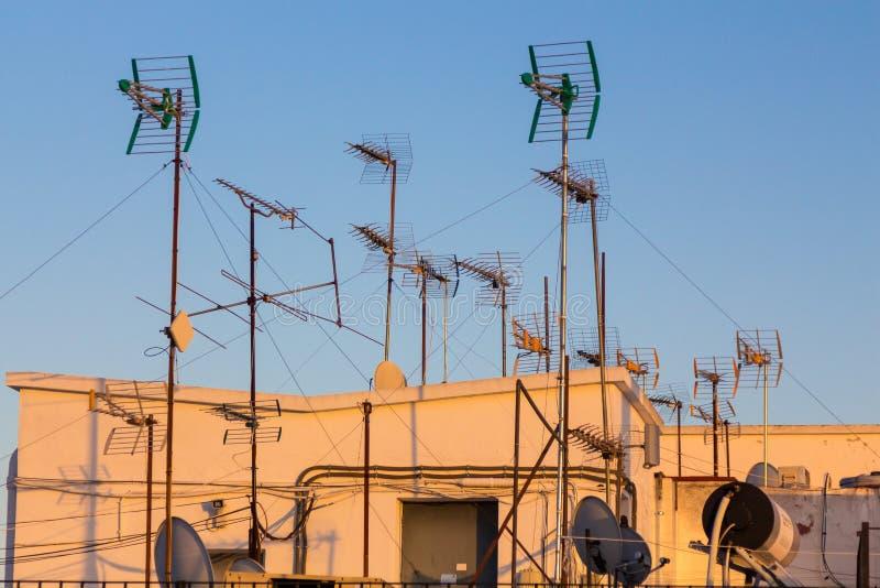 Antenas no sol de nivelamento em um telhado em Sevilha fotos de stock