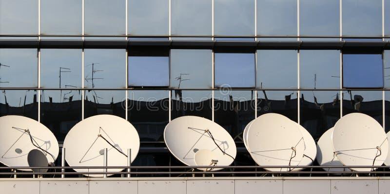 Antenas parabólicas imagens de stock