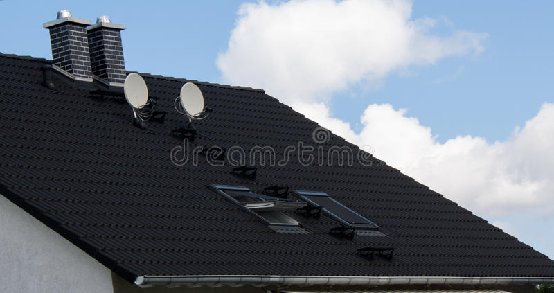 2 antenas parabólicas en un tejado foto de archivo