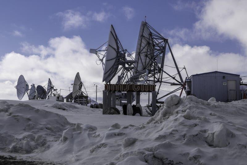 Antenas parabólicas no carrinho de mão Alaska fotos de stock royalty free