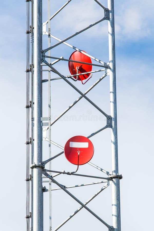 Antenas parabólicas rojas foto de archivo