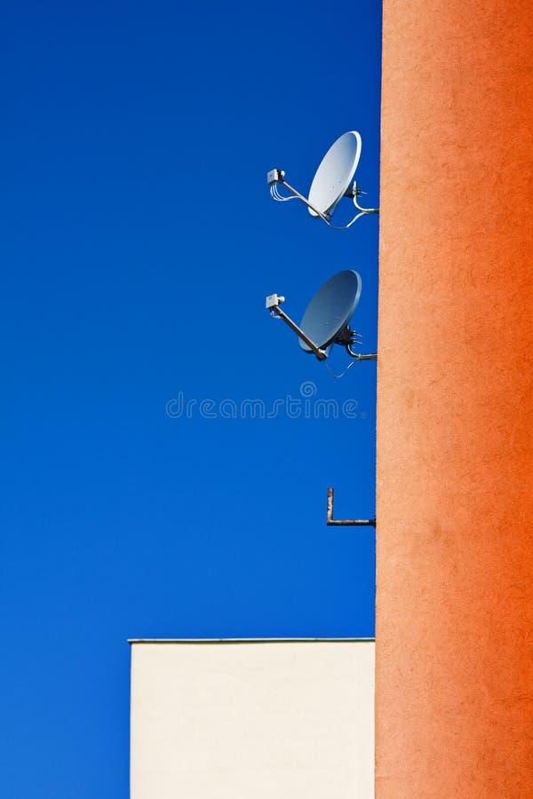 Antenas satelitales fotos de archivo