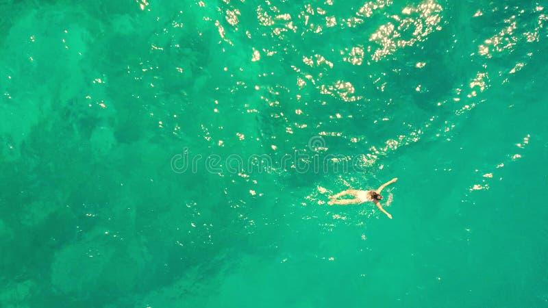 Antennöverkanten sköt ner av en simning för ung kvinna i havet royaltyfri fotografi