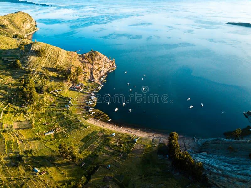 Antenn av ön av solen på sjön Titicaca i Bolivia royaltyfri foto