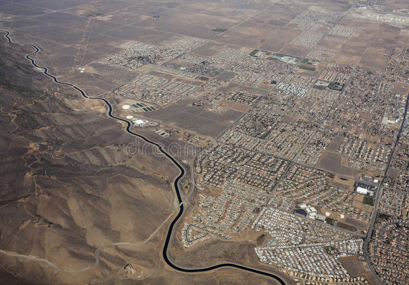 Kalifornien akveduktPalmdale Kalifornien antenn arkivfoton