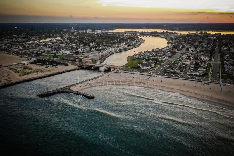 Antenn av den nya Belmar strandsolnedgången - ärmlös tröja arkivfoton