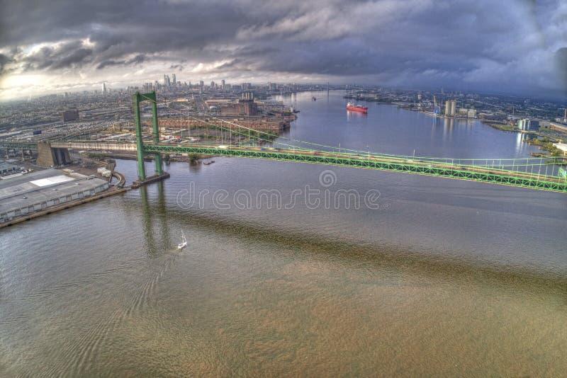 Antenn av den Walt Whitman Bridge Looking Towards Center staden Philadelphia royaltyfri bild
