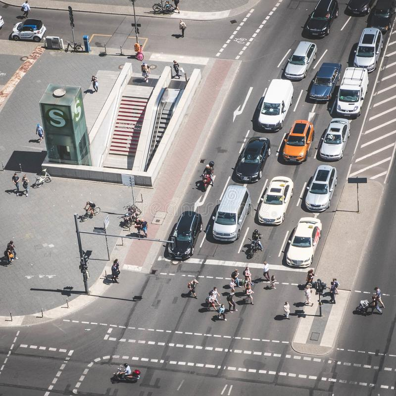 Antenn av en tvärgata-/gatatrafik med bilar och folk på P royaltyfri foto
