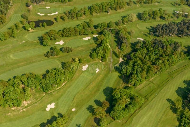 Antenn av farleder på golfbanan, Italien royaltyfri foto