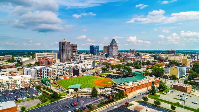 Antenn av i stadens centrum Greensboro North Carolina NC horisont arkivfoton