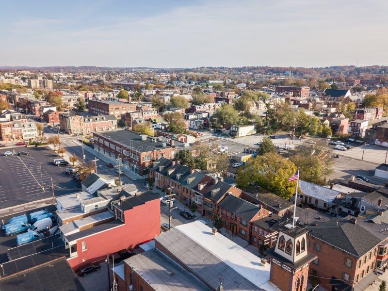 Antenn av i stadens centrum York, Pennsylvania bredvid de historiska distrna arkivfoton