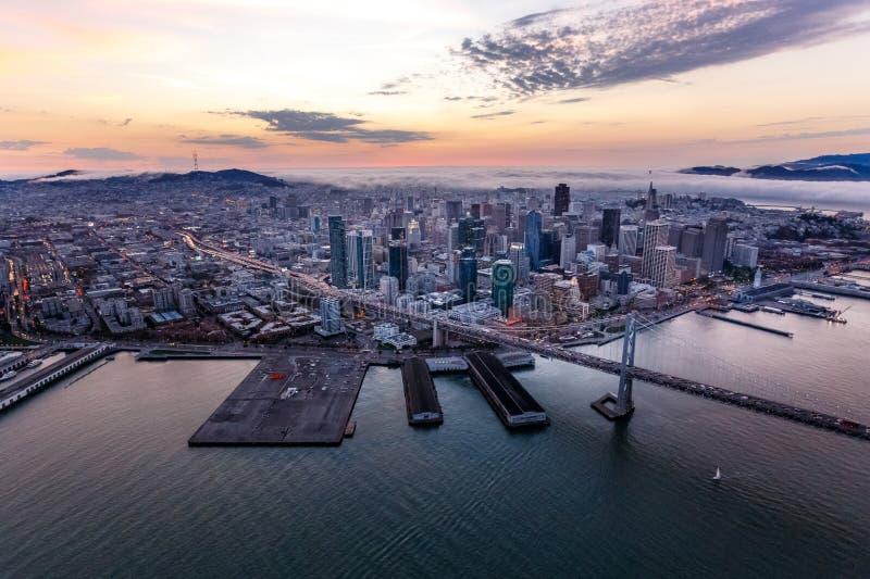 Antenn av San Francisco på solnedgången arkivbild
