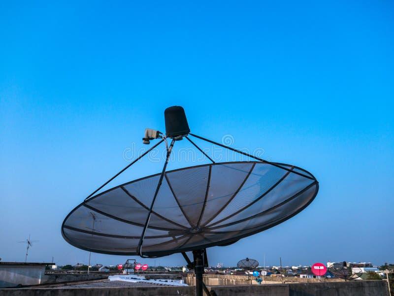 Antenn för satellit- maträtt på natten royaltyfri foto