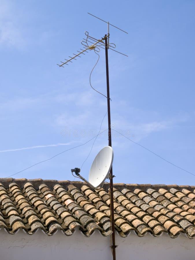 Antenn för satellit- TV med den paraboliska maträtten och illuminationsenheten royaltyfri foto