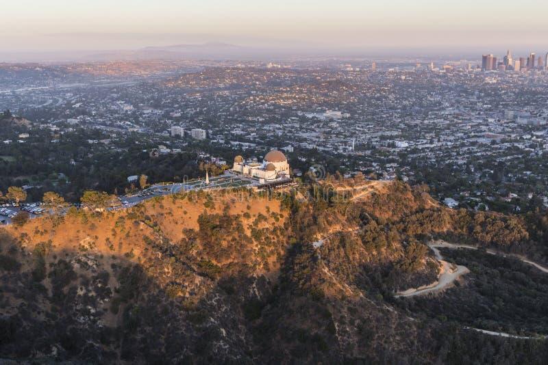 Antenn för sen eftermiddag av Griffith Park och Los Angeles arkivbilder