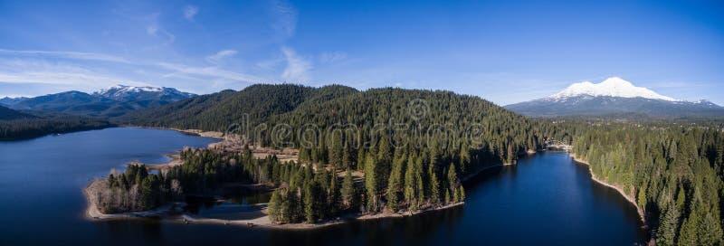 Antenn - Siskiyou sjö och montering Shasta, Kalifornien arkivbild