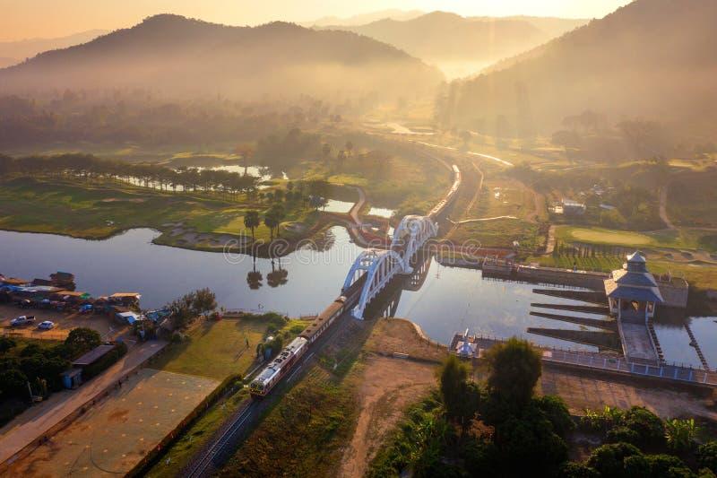 Antenna del ponte ferroviario di Thachomphu o del ponte bianco in Lamphun, Tailandia fotografie stock libere da diritti