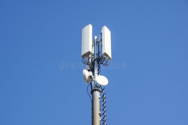 Antenna del ripetitore di comunicazione del telefono cellulare Antenna della rete del telefono cellulare immagine stock libera da diritti