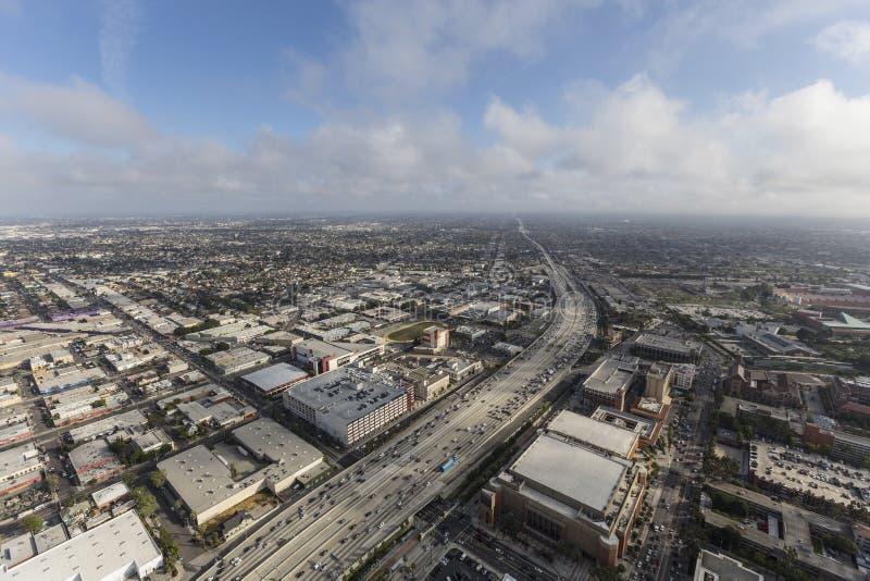 Antenna dell'autostrada senza pedaggio del porto 110 di Los Angeles con le nuvole di pomeriggio fotografie stock