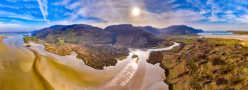 Antenna della cascata e della spiaggia di Assaranca da Ardara in contea il Donegal - Irlanda fotografia stock libera da diritti