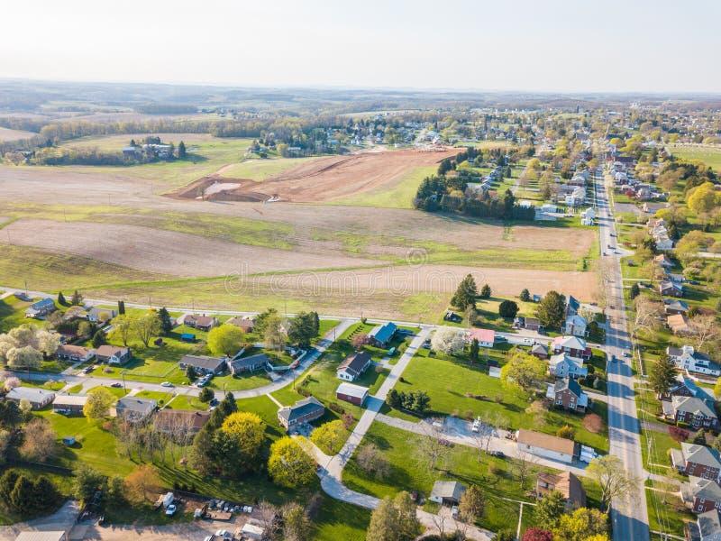 Antenna della cittadina circondata da terreno coltivabile in Shrewsbury, P immagini stock