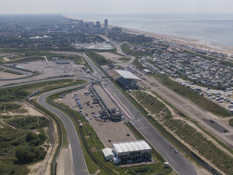 Antenna della pista di corsa di sport di motore con la spiaggia del Mare del Nord ed il villaggio di Zandvoort nei Paesi Bassi fotografie stock