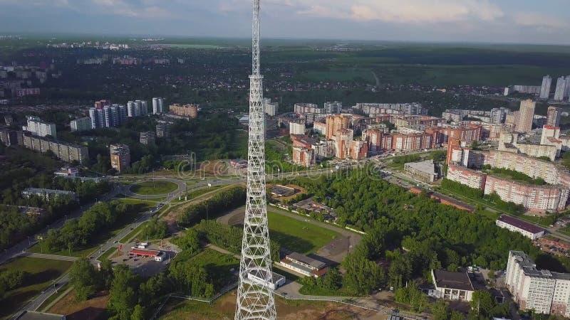 Antenna della torre della TV all'autunno Vista superiore della torre della TV nella città fotografia stock