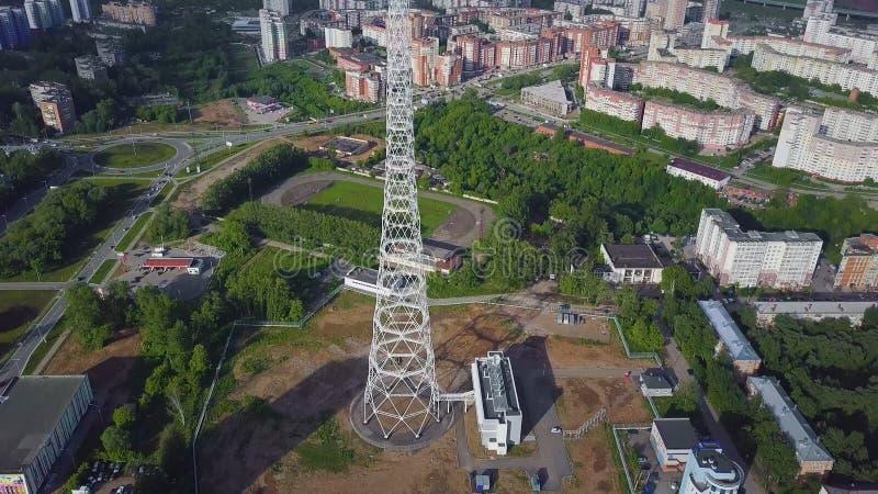 Antenna della torre della TV all'autunno Vista superiore della torre della TV nella città immagini stock