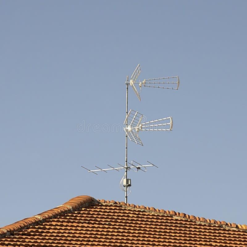 Antenna della TV montata sopra il tetto fotografie stock