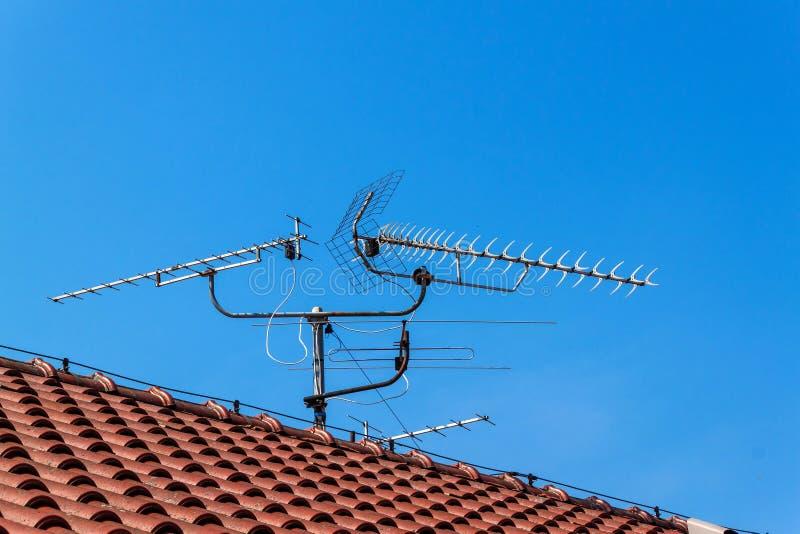 Antenna della TV sul tetto di una casa Antenna di radiodiffusione della televisione vecchia sul tetto fotografia stock