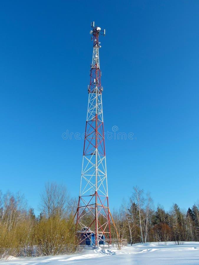 Antenna delle cellule, trasmettitore Torre mobile della radio delle Telecomunicazioni TV contro cielo blu fotografia stock