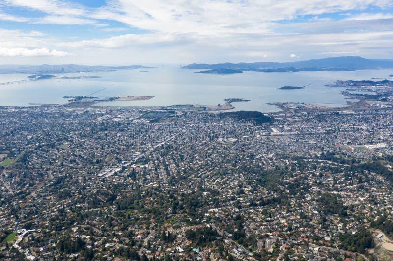 Antenna di paesaggio urbano urbano in baia orientale, California del Nord immagine stock